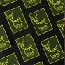 馴鹿聖誕 - 聖誕卡片設計這是一張特別的聖誕卡片。 將文字 「 Merry Xmas 」 排成馴鹿的造型作為畫面主角。顏色上不使用一般象徵聖誕節的紅與綠,而是使用螢光黃色,可以讓觀眾的目光專注在這個文字排列的巧思上。